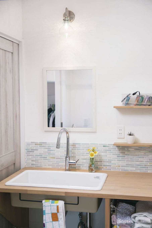 ワンズホーム【デザイン住宅、子育て、自然素材】造作洗面台には医療用の大きなシンクを配置。使いやすく見た目もかわいらしい