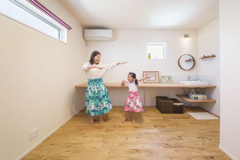 ワンズホーム【デザイン住宅、子育て、自然素材】趣味のフラダンスを練習するため、2階にレッスンルームを設計。造作洗面台付き!