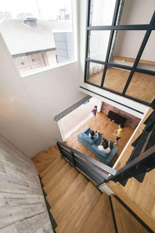 2階には大きな窓が設けられ、家中に光が差し込む