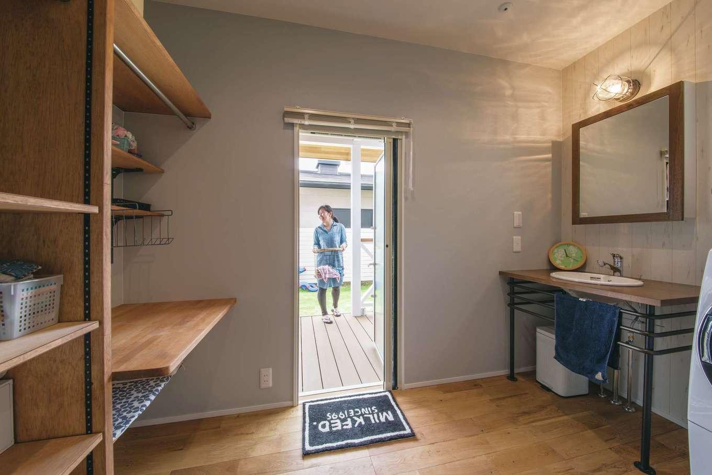家事室を兼ねた洗面脱衣室。雨の日はここで干し、外干しの動線もスムーズ