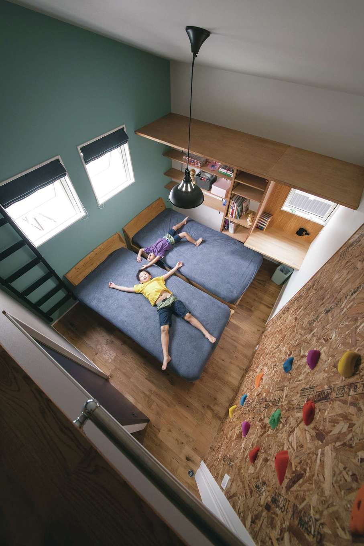 隣り合った子ども部屋はロフトでつながり行き来が可能。家の中でも体を使って遊べるようにボルダリングを設置