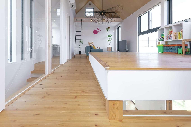 MABUCHI【デザイン住宅、建築家、インテリア】2階の中心に配置した小上がりのユーティリティ。寝そべると、ちょうど目線の先に緑の田園風景が広がり、心地よくてウトウトしてくる。床下の細い窓から1階の土間が見える