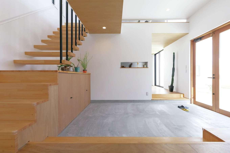 MABUCHI【デザイン住宅、建築家、インテリア】子どもの散髪をしたり、ご近所さんとおしゃべりしたり、多用途に使える10畳の土間。奥に主寝室、サニタリー、ウッドデッキを集約した