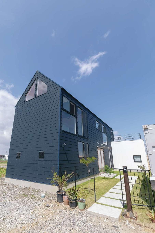 MABUCHI【デザイン住宅、建築家、インテリア】陶器のような風合いと波形デザインが調和した外観が住まい手の個性を引き出す。敷地内にはコンテナハウスもある