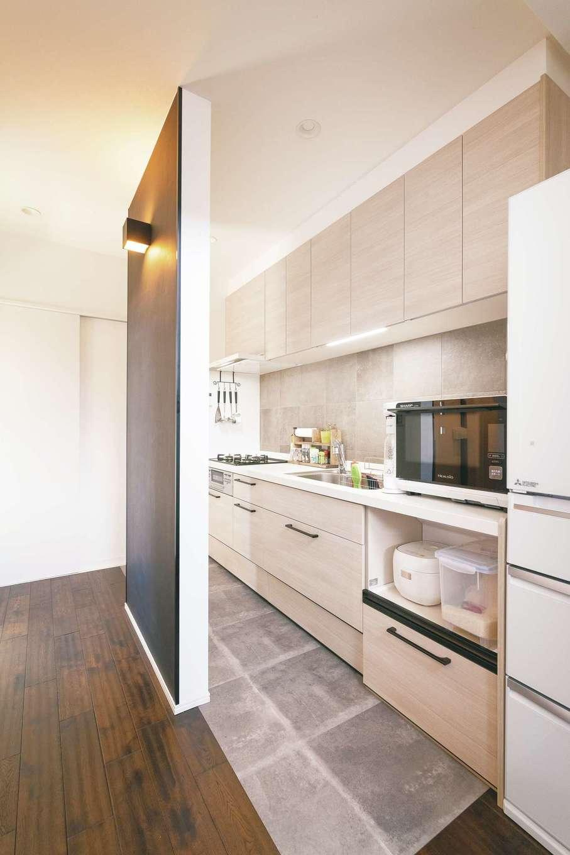 ミニキッチンを憧れのシステムキッチンに変更。耐力壁でリビングとゆるやかにゾーニング