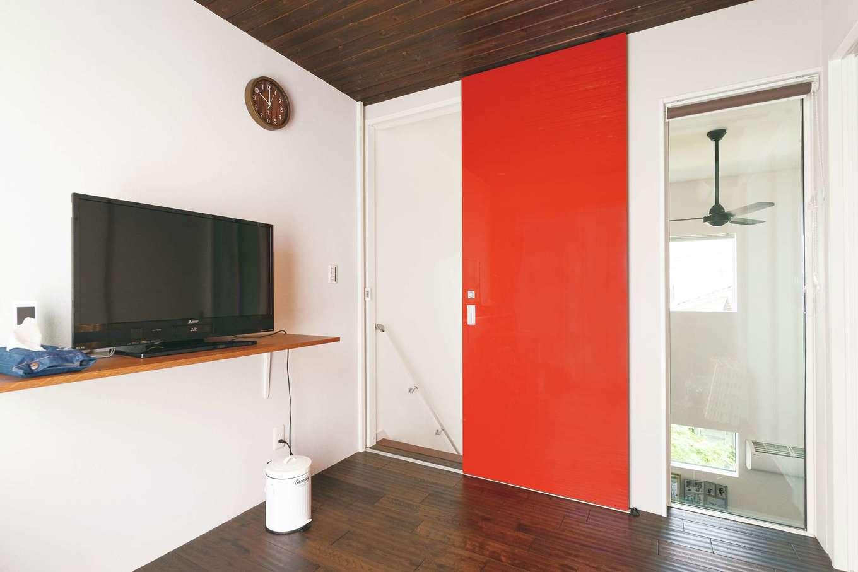 増築した主寝室。FIXの窓を通して吹抜けから光を取り入れ、1階の気配も伝わってくる。天井にも無垢板を貼り、ぬくもりと安らぎ感を演出