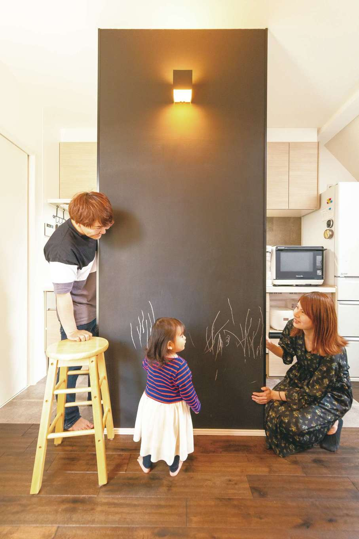 玄関を入ってキッチンが丸見えにならないよう、耐力壁で目隠しを。さらに黒板を貼り、ウェルカムボードとして活用する。家族の伝言板としても使えそう