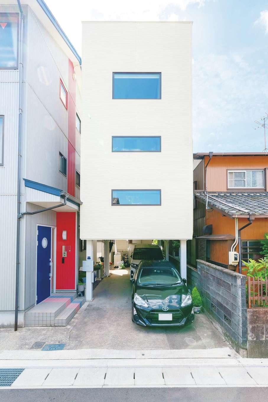 実家の隣の狭小地に建つA邸。鉄骨のピロティをそのまま活かし、吹抜けの2階建てを提案した。コンパクトな外観と開放感のある室内とのギャップも面白い。外壁は耐久性、断熱性、防火性、遮音性に優れた37ミリ厚のALC(軽量気泡コンクリート)を標準で使用