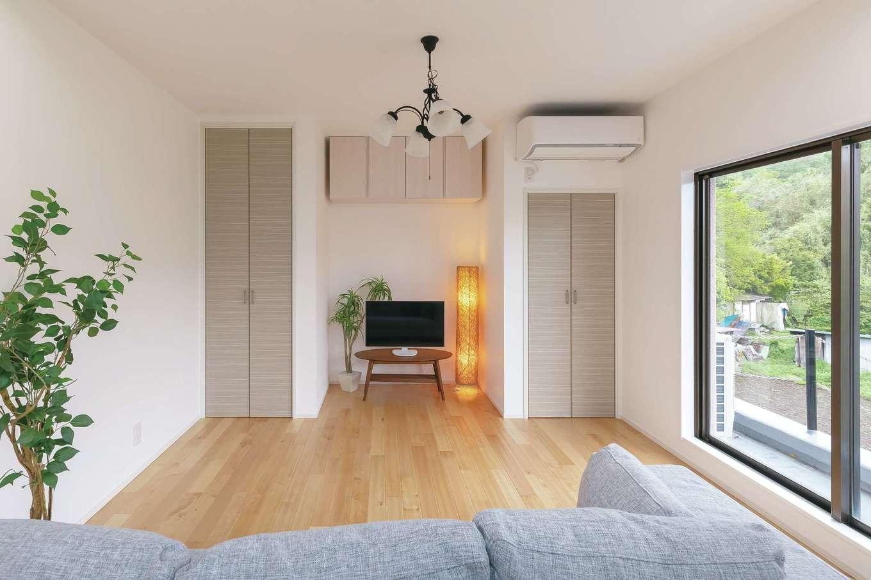 キッチンパネルの色に合わせて収納扉をチョイス。凸凹感が気持ちいいスクラッチ加工の無垢の床は『納得』オリジナルの「ジョージ」