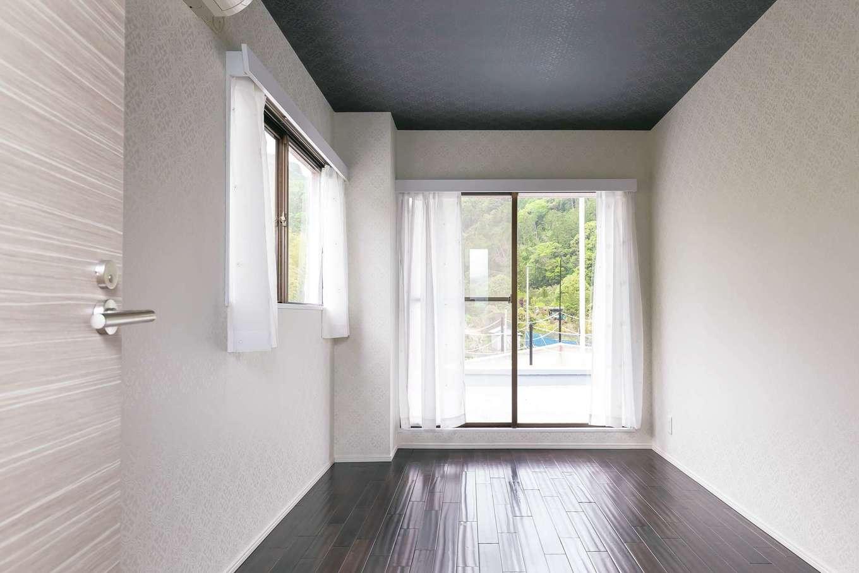 主寝室の床は同じ無垢材を使い、アンティーク風の色に変えて。窓を開けると、船の舳先(テラス)へとつながる