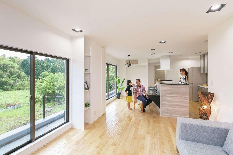 キッチンを起点に広がる開放的な空間。家族がどこにいても見渡せるからコミュニケーションもスムーズで、自然と会話が生まれる