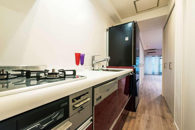 もともと浴室があった場所にキッチンとパントリーを。リビングから見えない場所なので料理に集中できる