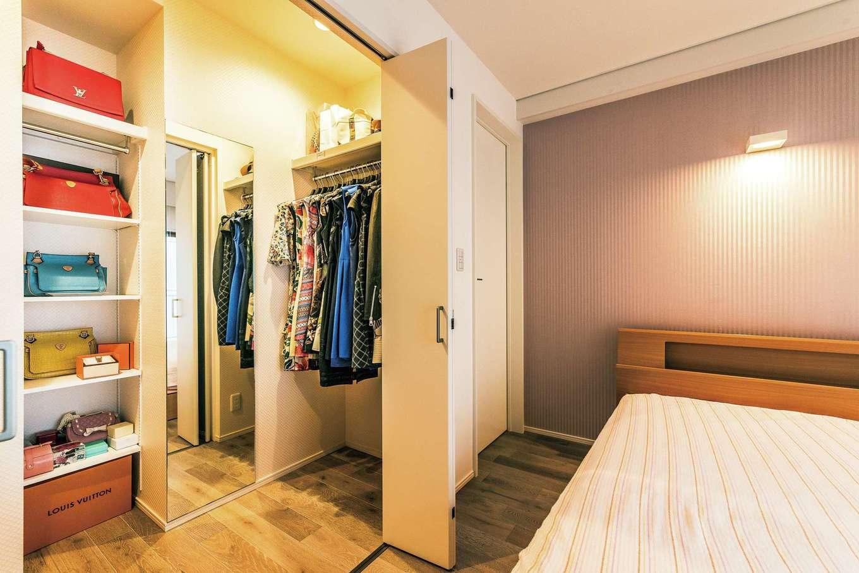 主寝室内にはウォークインクローゼットを完備。全身鏡は空間を広く見せる役割も担っている