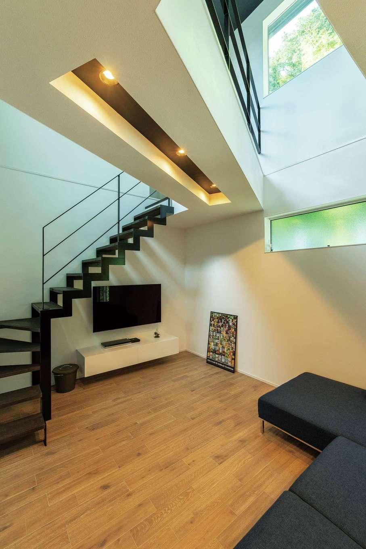 納得住宅工房【デザイン住宅、二世帯住宅、間取り】微かな凹凸感が気持ちいい無垢の床は標準装備の「FREDDY(フレディ)」。AVボードとアイアンのイナズマ階段も『納得』のオリジナル