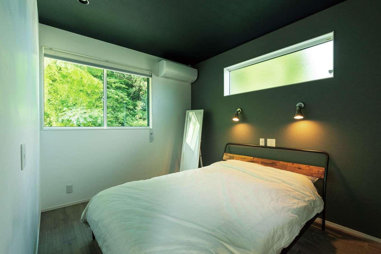 納得住宅工房【デザイン住宅、二世帯住宅、間取り】子世帯の寝室。自然素材に包まれた空間に無機質なパイプベッドが似合う