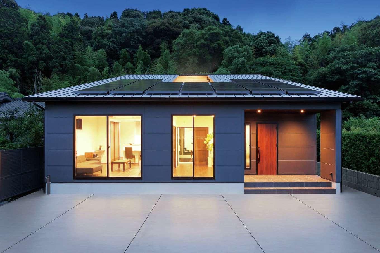 """納得住宅工房【デザイン住宅、二世帯住宅、間取り】平屋と思いきや、北に向かうほど屋根が駆け上がる""""大屋根""""の2階建て。真ん中に開いた空間は中庭にあたる"""