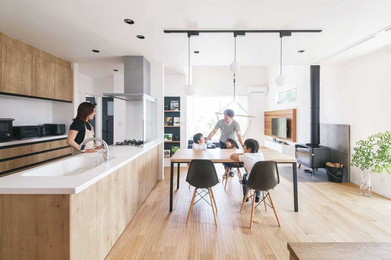 納得住宅工房【自然素材、平屋、インテリア】シンプルなデザインの中に家族の愛情が満ち溢れるナチュラルテイストのLDK。3兄妹をイメージした3つの丸いペンダントライトを採用