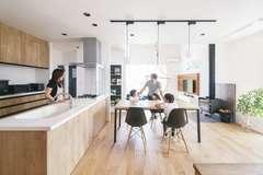 無垢材と自然素材に包まれたスローな暮らし。住むほどに輝きと艶を増す家