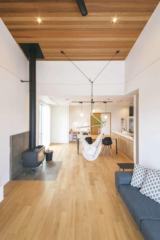 納得住宅工房【自然素材、平屋、インテリア】高い勾配天井の開放感に満ちたリビング。『納得』オリジナルの無垢材の床と、レッドシダーを張った天井で、ぬくもりのある空間に