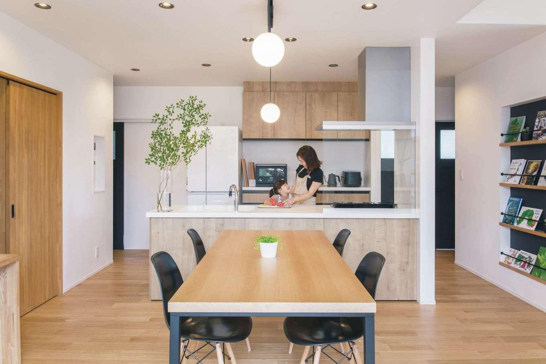 納得住宅工房【自然素材、平屋、インテリア】キッチンは左右に行き来でき、収納もたっぷりと確保。親子で料理をするのも楽しみに