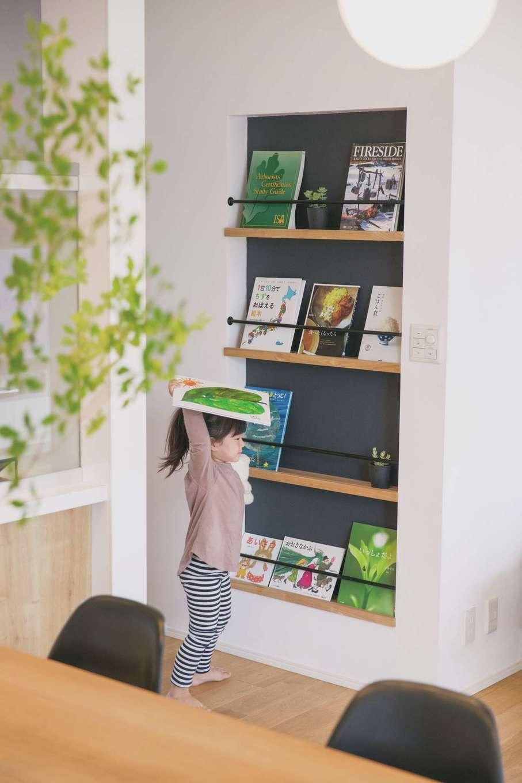 納得住宅工房【自然素材、平屋、インテリア】お気に入りの絵本を手に取ってママのもとへ。読み終わったら、表紙がかわいく見えるように飾りながらお片付け