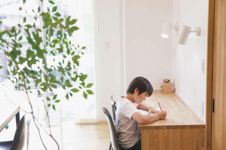 納得住宅工房【自然素材、平屋、インテリア】キッチンから見える位置に造作したスタディコーナー