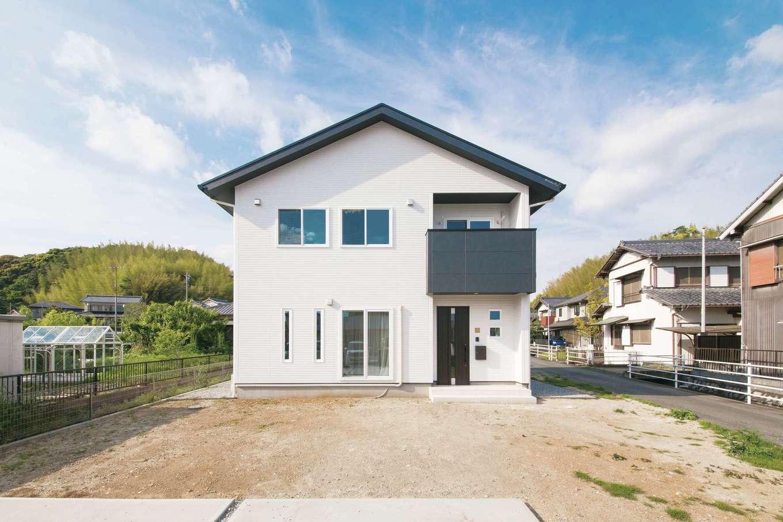均整のとれた三角屋根の外観は、白×黒のモダンなデザイン