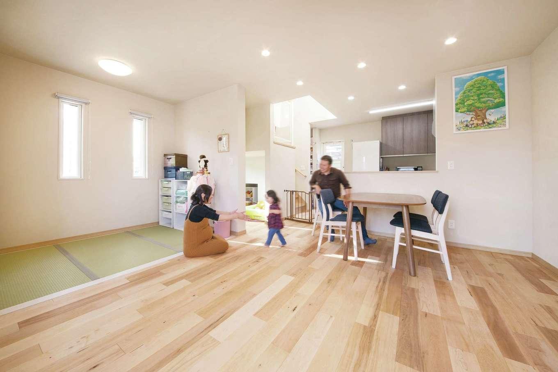 無垢の床の足触りが心地よいLDK。畳コーナーは現在子どもの遊び場として大活躍