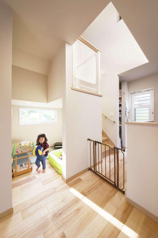 階段下の多目的スペース「Kiduki(きづき)BOX」。おもちゃ遊びを楽しめる秘密の隠れ家はお子さまの大のお気に入り