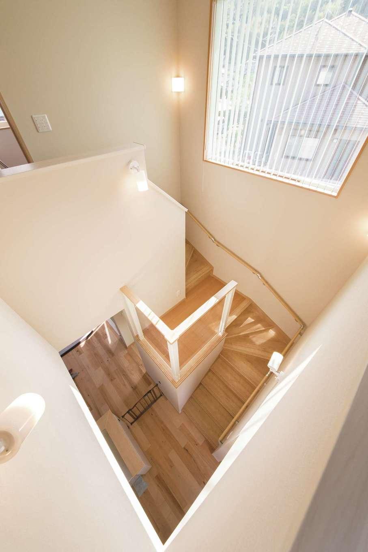 階段の踊り場にある「Kiduki(きづき)ステージ」。透明パネルの壁からお子さま目線でLDKを見渡せる