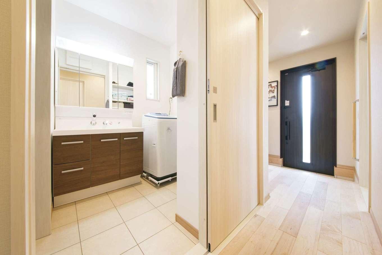 玄関からLDKに至る途中に洗面スペースがある。帰ったらすぐ手洗いの習慣が身に付きやすく、動線も便利