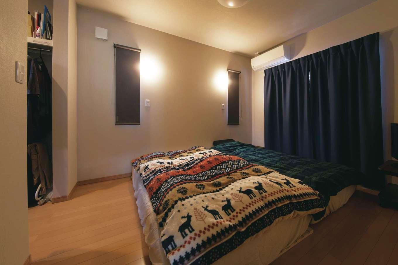 寝室はウォークインクローゼット付き。夜はシーリング照明でムーディに演出
