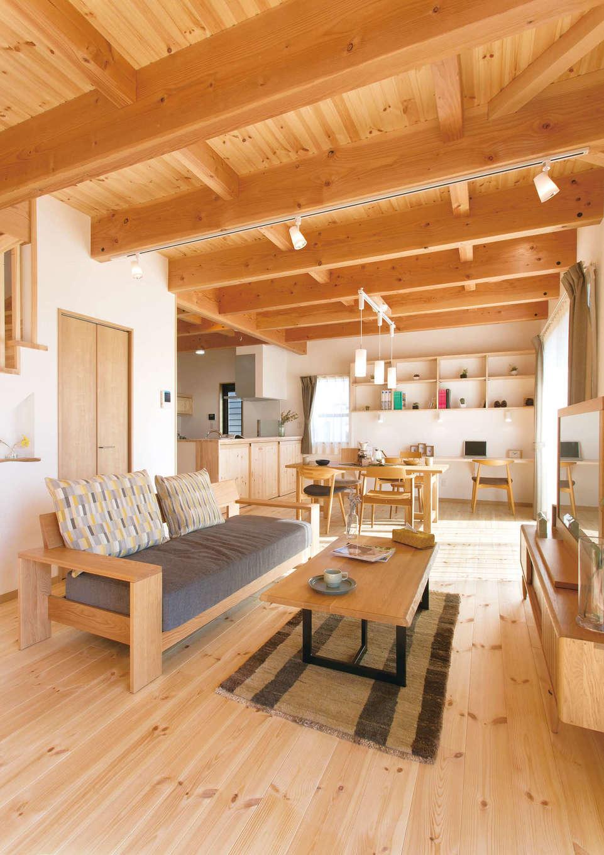 住まいるコーポレーション【デザイン住宅、自然素材、省エネ】板張りの天井と均等に並んだ梁、そしてパインの床が木の温かみを感じさせるLDK。南側に窓を広く設け、明るく開放的な空間に。無垢と珪藻土の壁が調湿性を発揮して、室内の湿度を年中適切にキープする