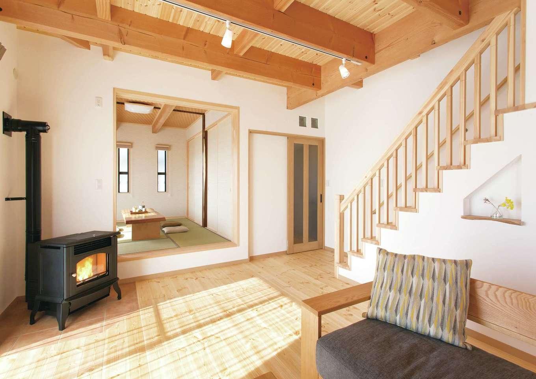 住まいるコーポレーション【デザイン住宅、自然素材、省エネ】冬はペレットストープが家中を暖めてくれる。「足元からぽかぽかと暖かさが伝わってきてとても気持ちいいです」と奥さま