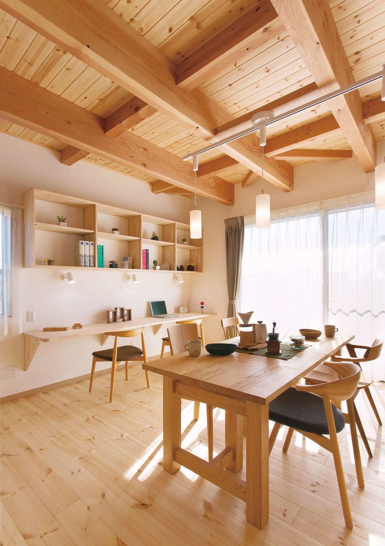 住まいるコーポレーション【デザイン住宅、自然素材、省エネ】ダイニングの壁面にはスタディコーナーを設けてあり、キッチンから子どもの様子を見守れる