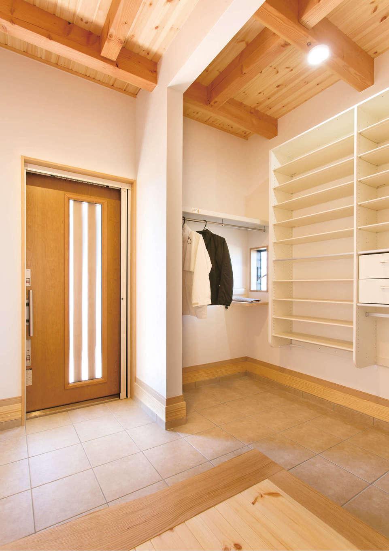 住まいるコーポレーション【デザイン住宅、自然素材、省エネ】玄関のシューズクロークには靴棚と上着用のハンガー掛け、インナーポストを設置。「棚がいっぱいあるから、お兄ちゃんのお下がりの靴を先々のためにとっておけるので助かります」と奥さま