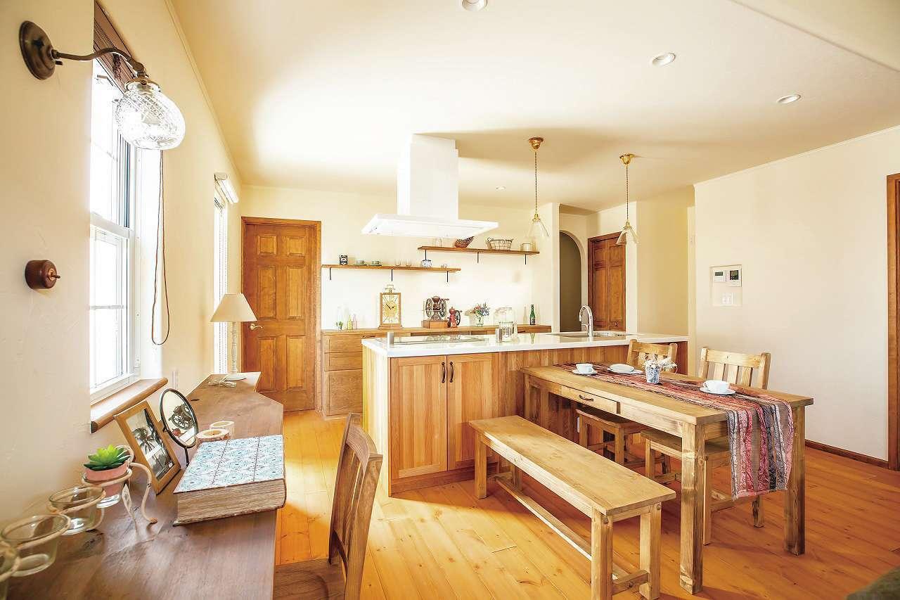 フェアリーホーム【デザイン住宅、輸入住宅、平屋】無垢材の床・建具、壁は珪藻土と自然素材でナチュラルテイストに。造作カウンターは奥さまの手芸コーナー。ダイニングセットも内装に合わせて塗装した
