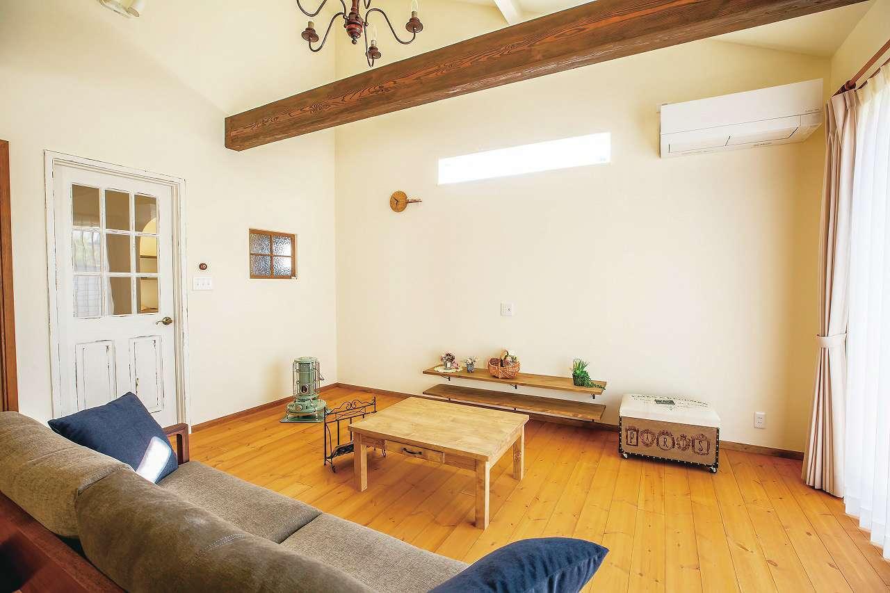 フェアリーホーム【デザイン住宅、輸入住宅、平屋】勾配天井に飾り梁が映えるリビング。ドアは職人がエイジング加工で仕上げた
