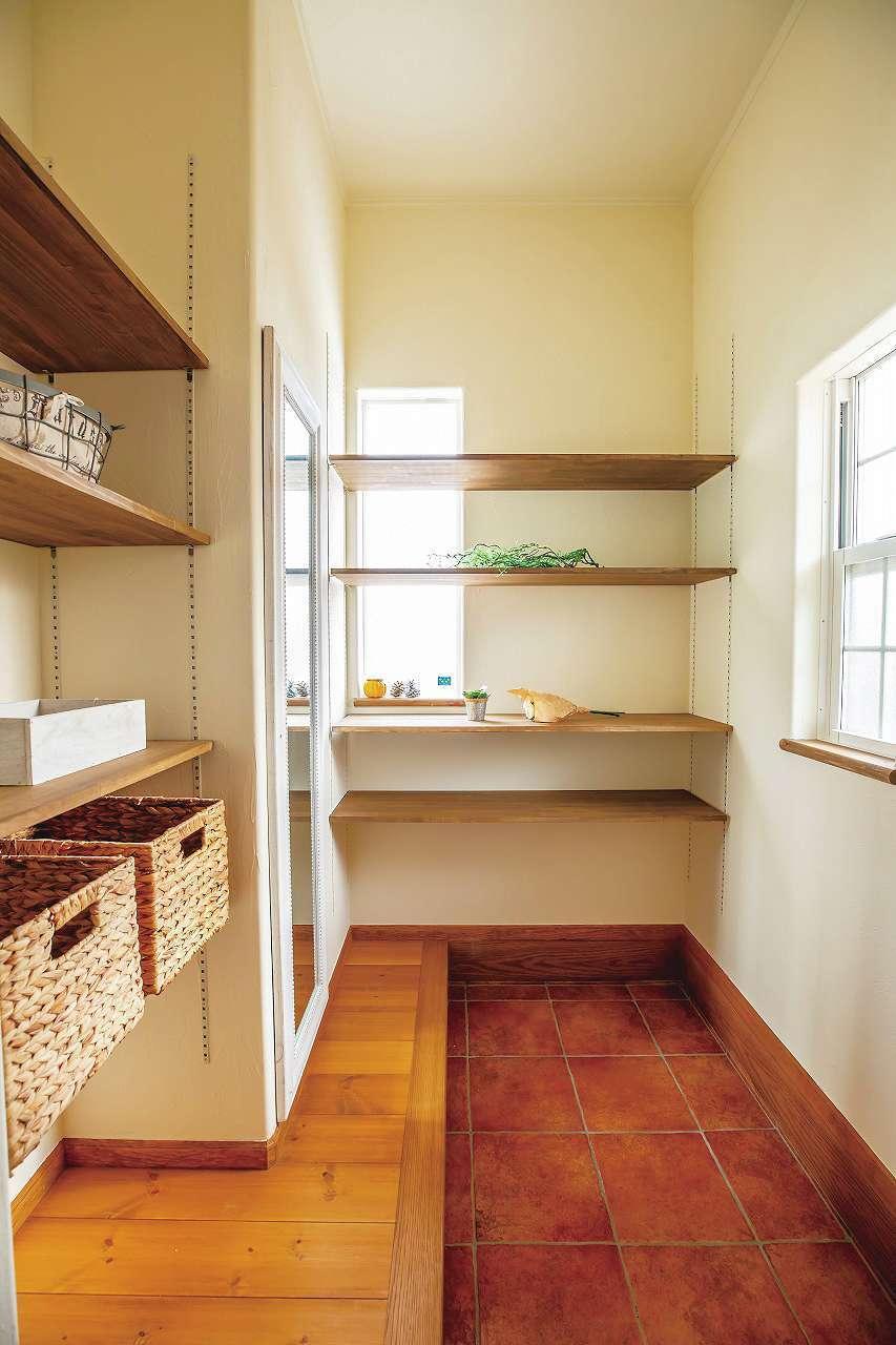 フェアリーホーム【デザイン住宅、輸入住宅、平屋】あえて扉はつけず、ディスプレイ感覚で使うシューズクローク