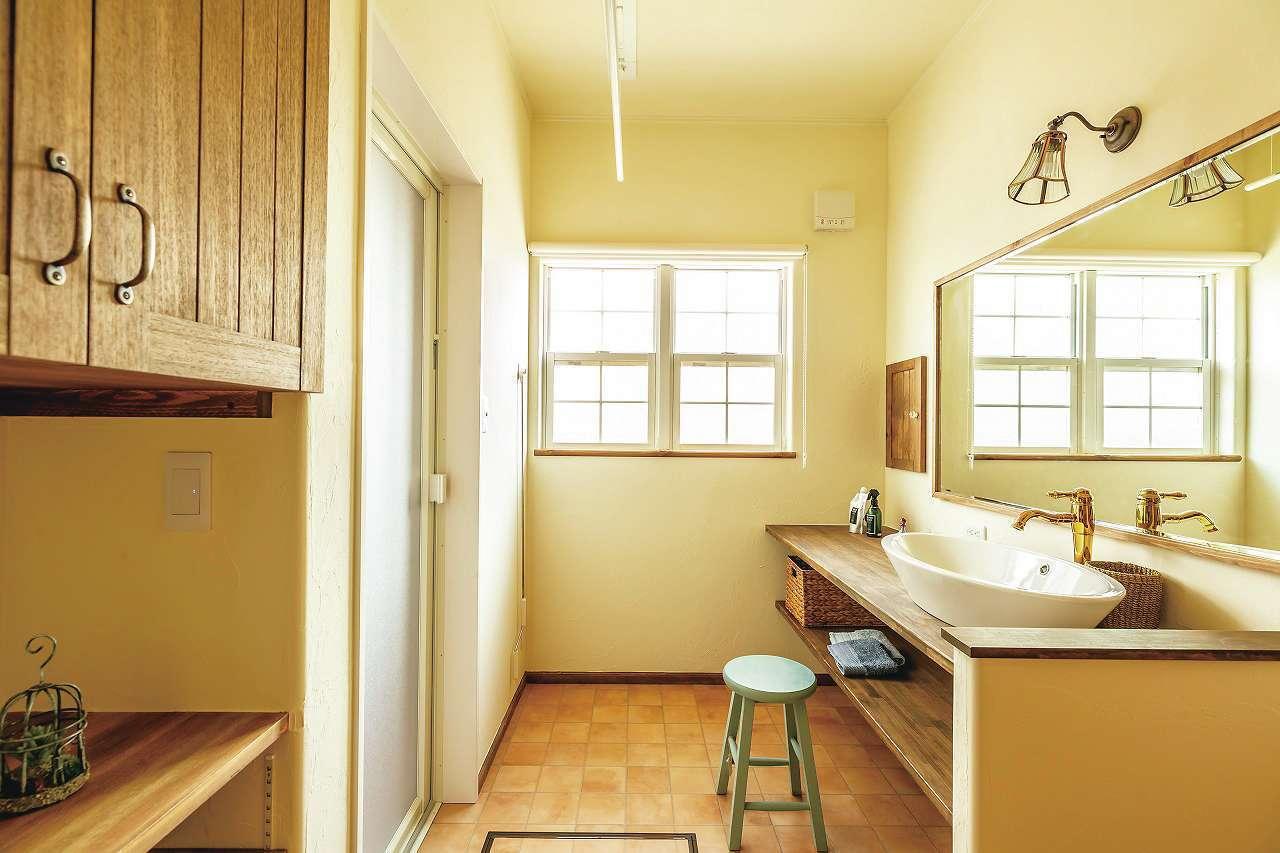 フェアリーホーム【デザイン住宅、輸入住宅、平屋】造作洗面台の下はオープンな棚で見せる収納に。蛇口、取っ手などそれぞれに選んだ記憶が残る