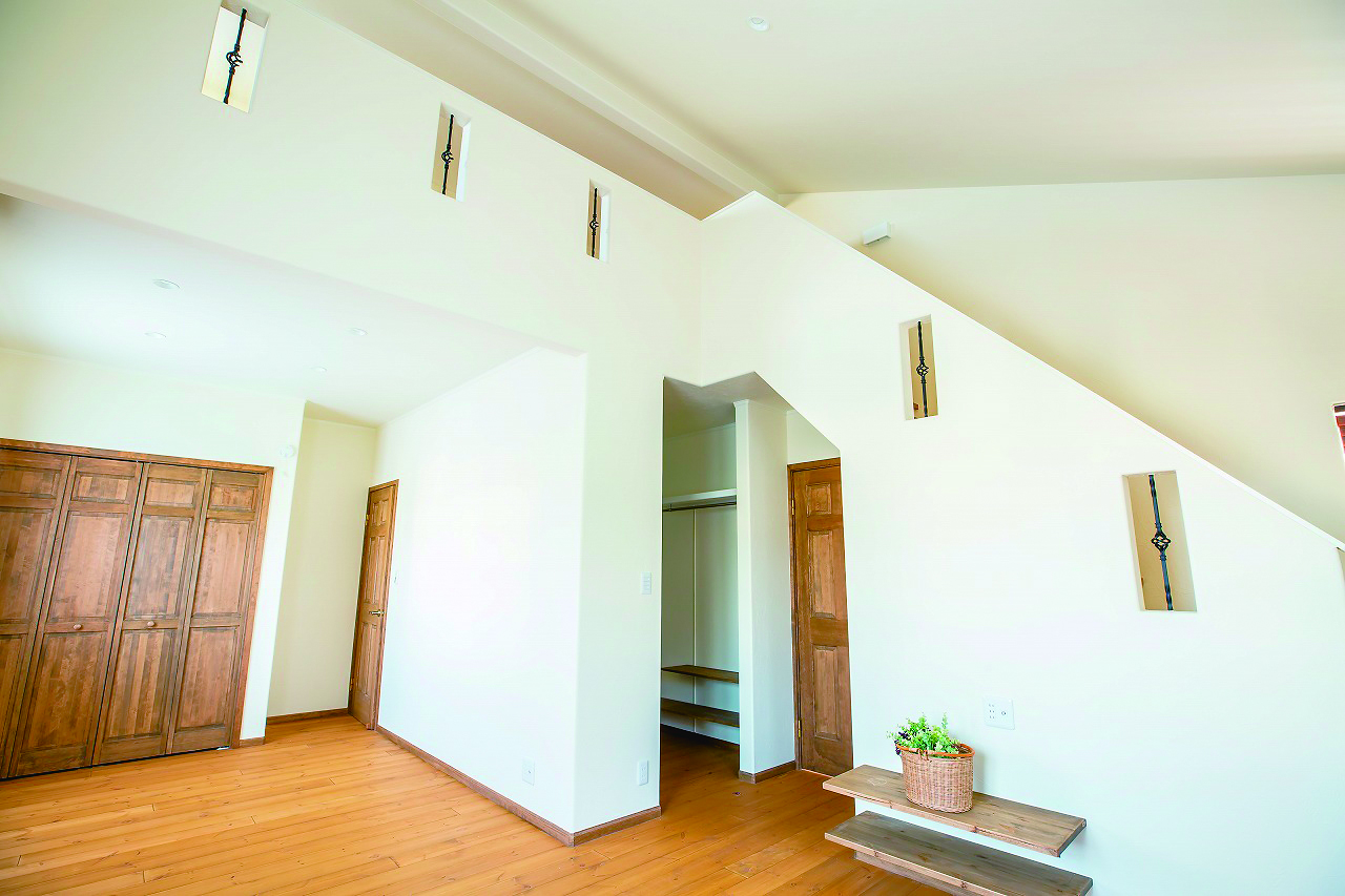 フェアリーホーム【デザイン住宅、輸入住宅、平屋】寝室は階段で上がれるロフト付き。ゆくゆくは2分割して子ども部屋にすることもできる