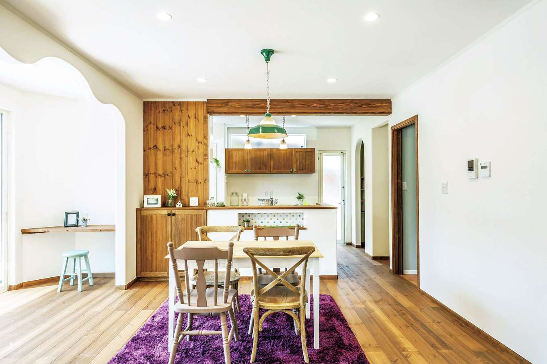 フェアリーホーム【デザイン住宅、自然素材、省エネ】アールを描く壁や木をふんだんに使った内装が、LDKをやさしい表情に。浪打つような垂れ壁は、内部に構造上の壁や梁が入っている