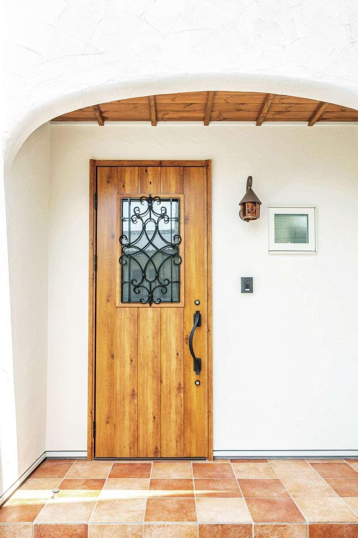フェアリーホーム【デザイン住宅、自然素材、省エネ】テラコッタタイルの床に板張りの軒天と温かみのある玄関ポーチ