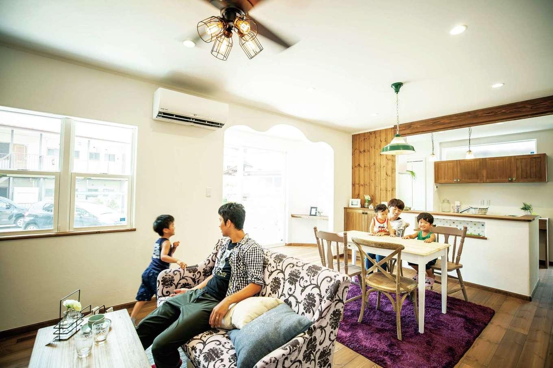 フェアリーホーム【デザイン住宅、自然素材、省エネ】LDKには居心地のよい場所があちこちに。A邸は同社の標準仕様とされる長期優良住宅。断熱性が高い躯体に、Low-eペアガラスの上げ下げ窓を多用。光熱費を抑え、エコで暮らせる