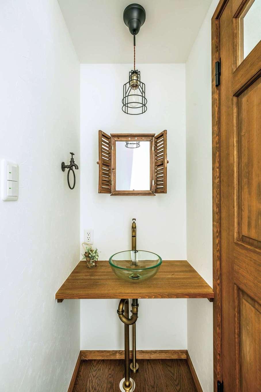 フェアリーホーム【デザイン住宅、自然素材、省エネ】2階の洗面台。扉付きのミラーとタオルリングは同社のショップで購入