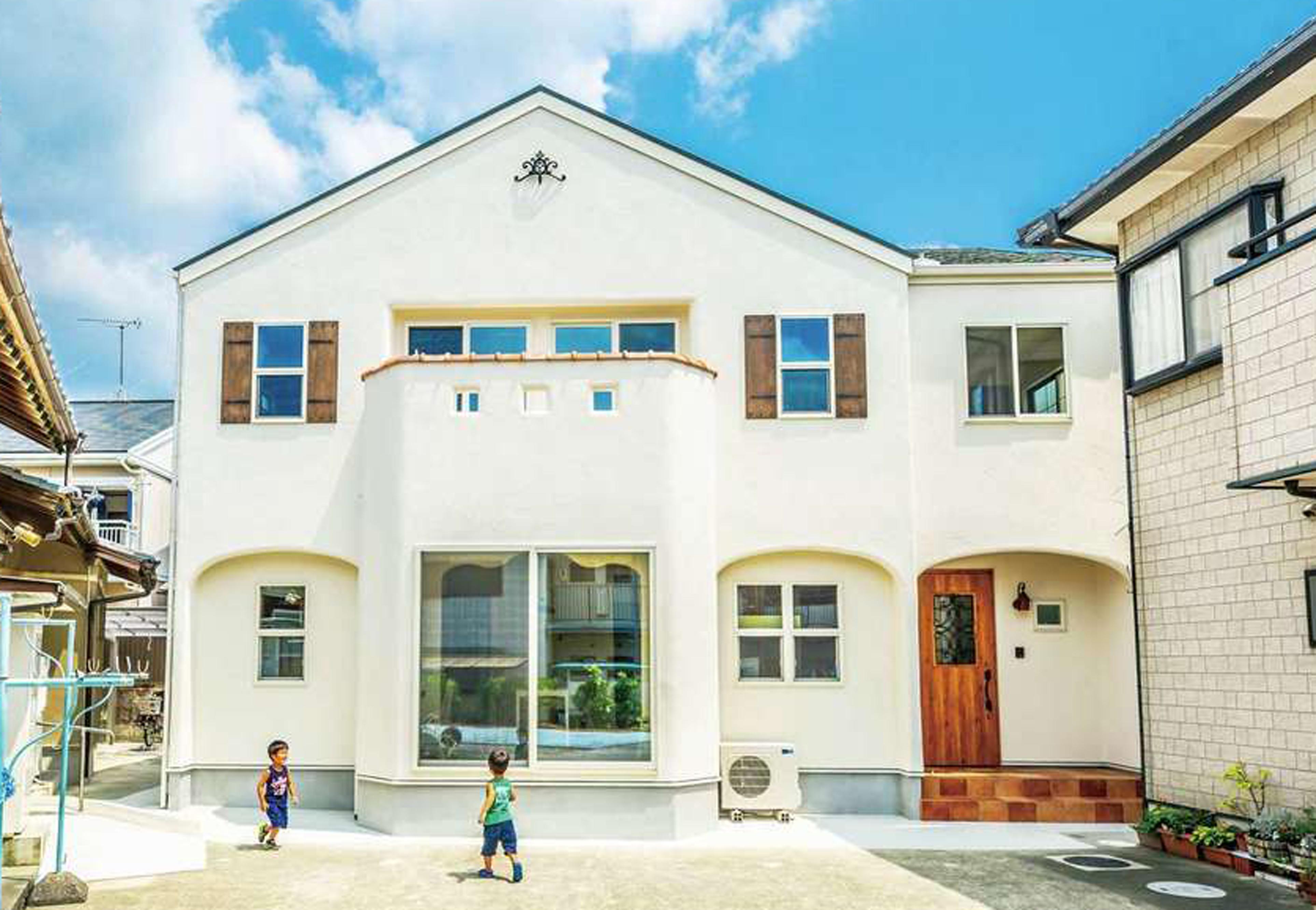 フェアリーホーム【デザイン住宅、自然素材、省エネ】外壁のアールが、イタリア漆喰の資質を際立たせる。妻飾りや窓のよろい戸が彩りに