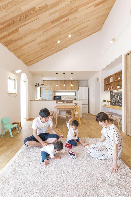 静鉄ホームズ【デザイン住宅、間取り、平屋】平屋のメリットを活かした勾配天井は木でぬくもり感をプラス。キッチンだけ天井を下げて変化をつけた
