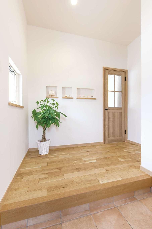 静鉄ホームズ【デザイン住宅、間取り、平屋】広めの玄関はベビーカーも置けるシューズクローク付き。正面に雑貨を飾るニッチを設けた