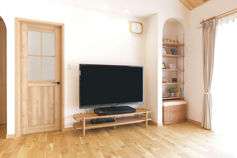 静鉄ホームズ【デザイン住宅、間取り、平屋】アーチ型のニッチはリビング収納&飾り棚。夜はテレビ上の照明だけつけるとリビングシアターに