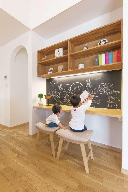 静鉄ホームズ【デザイン住宅、間取り、平屋】親の目の届くところで勉強してもらおうと設けたリビング学習用のカウンター。黒板で学校感を演出した